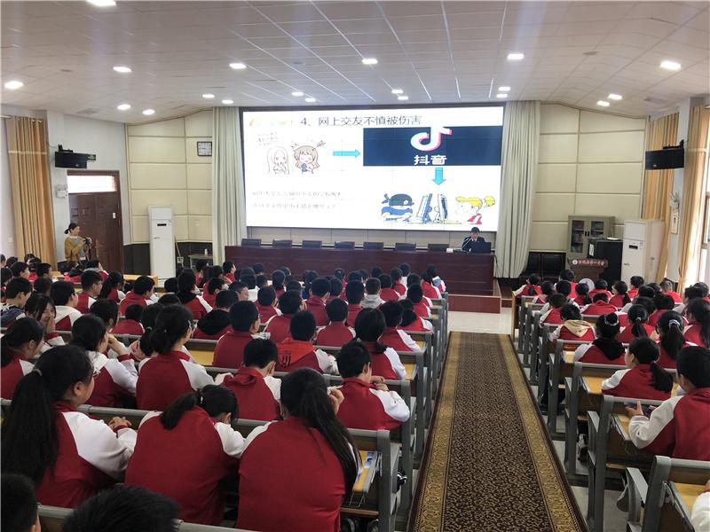 县检察院的陈丹阳为学生们讲授网络法治宣讲课。.jpg